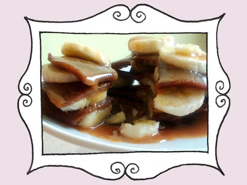 Czekoladowe naleśniki z bananem i sosem karmelowym