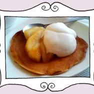 Pancakes z jabłkami i bitą śmietaną